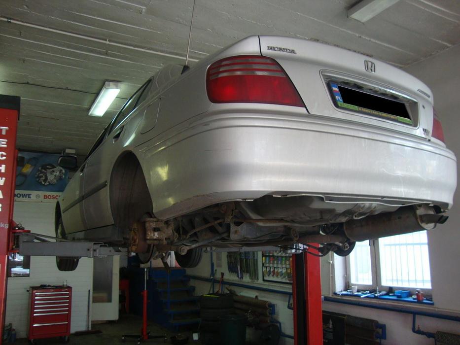 Honda Accord - mozolne i pracochłonne dorabianie przewodów hamulcowych i paliwowych